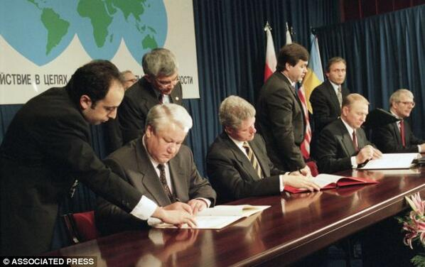 @ThomDavies: Photo of Yeltsin, Clinton, Kuchma and Major signing 1994 Budapest Memorandum