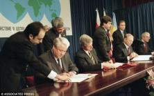 @ThomDavies: Photo of Yeltsin, Clinton, Kuchma and Major signing 1994 Budapest Memorandum