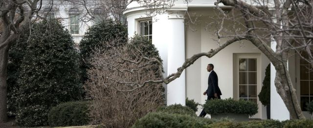 US President Barack Obama walks from the West Wing to Marine One on the South Lawn of the White House ob March 11, 2014 in Washington, DC.BRENDAN SMIALOWSKI/AFP/GETTY