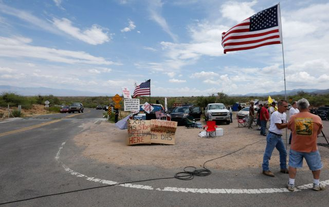 Anti-immigrant protesters in Oracle, Arizona (Reuters/Nancy Wiechec)