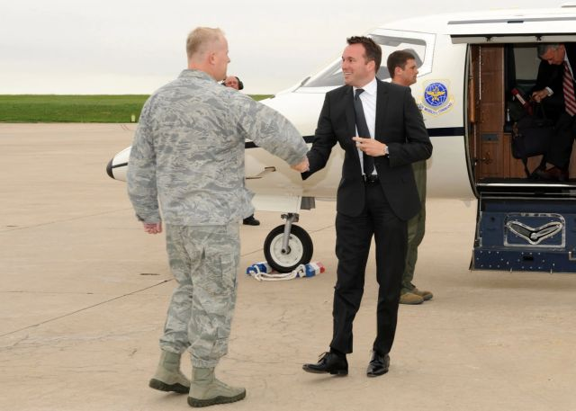 Eric Fanning greets Col. Dan Dant, 460th Space Wing commander at Buckley Air Force Base, Colo., in 2013. (Senior Airman Marcy Glass/U.S. Air Force)