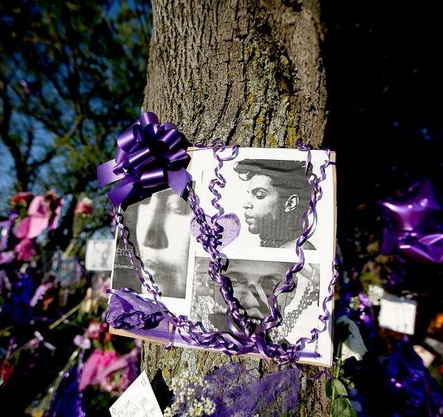 ELIZABETH FLORES Thanks to the return of warm weather, crowds continued to make the pilgrimage to Paisley Park on Monday.